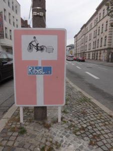 1/18 Schildern: Hier ein Lastenrad in der Landshuterstraße noch vor dem Parkleitsystem / Parkhaus-Parkplatz-Zähler