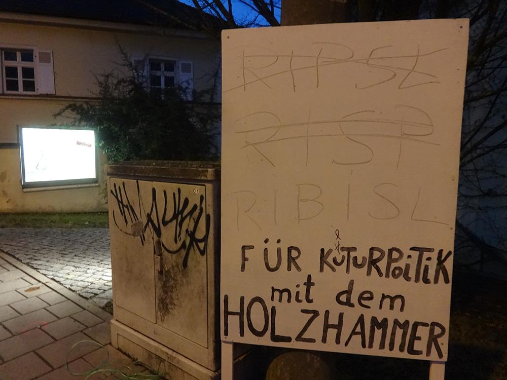 Kulturpolitik mit dem Holzhammer